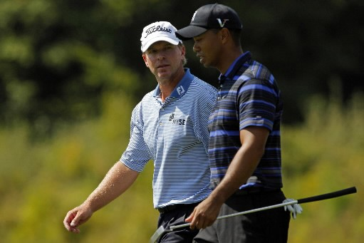 Steve Stricker et Tiger Woods discutent sur l'allée... (Photo Reuters)