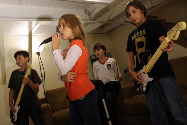 C'était soirée de jeux vidéo dans le sous-sol... (Photo: Bernard Brault, La Presse)