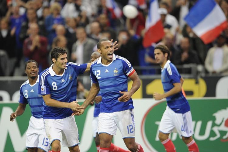 Thierry Henry (au centre) célèbre son but en... (Photo: AFP)