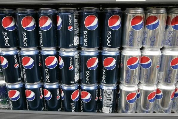 Ouvrant une canette de Pepsi en plein barbecue le 23 juillet... (Photo: AP)