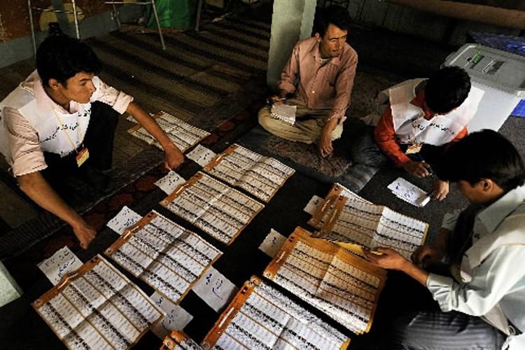 Des travailleurs d'élection comptabilisent les bulletins de vote.... (Photo: AFP)