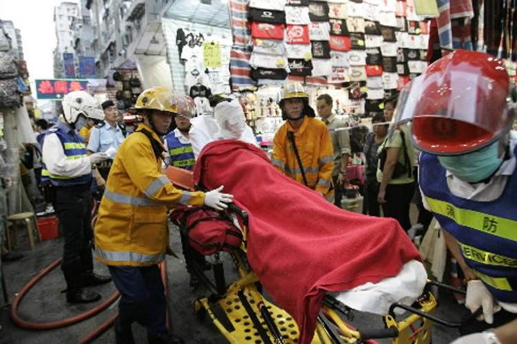 Des ambulanciers transportent les blessés.... (Photo: AP)