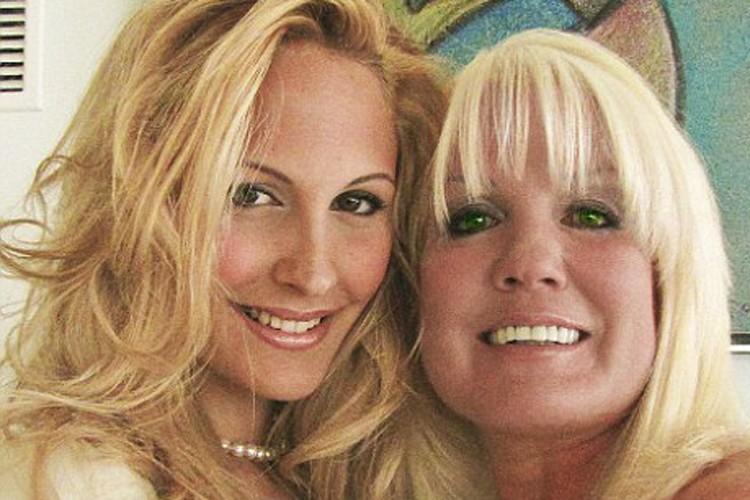 Noemi (à gauche) en compagnie de la journalisteDaphne... (Photo: Mail Online)