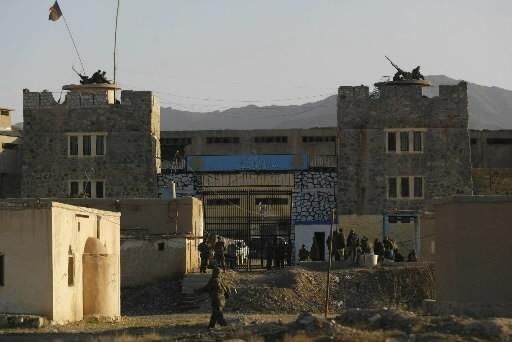 Des soldats sont postés devant une prison à... (Photo: AP)