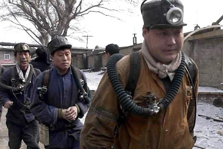 Des équipes de secours s'apprêtent à partir à... (Photo: AFP)