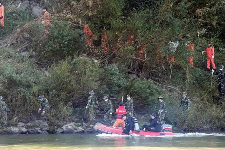 Des équipes de secours tentent de venir en... (Photo: AFP)