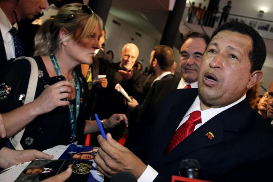 Hugo Chavez a signé quelques autographes à Venise,... (Photo Reuters)