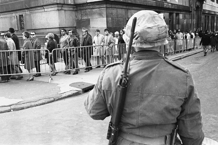 La foule défile sous le regard d'un soldat... (Photo: Archives La Presse)