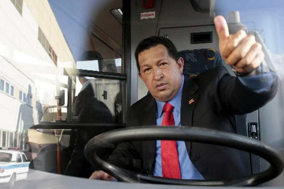 Hugo Chavez a visité une usine de fabrication... (Photo AFP)