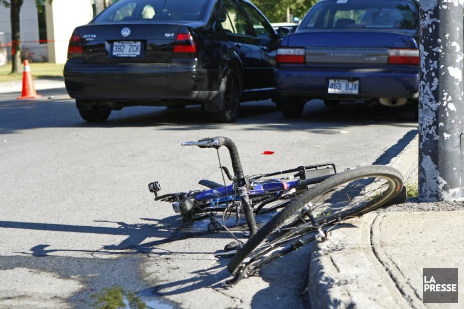 Une Jetta noire a heurté un cycliste dans... (Photo d'archives David Boily, La Presse)