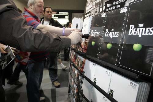 Des fans des Beatles à Londres achètent l'intégrale... (Photo AP)