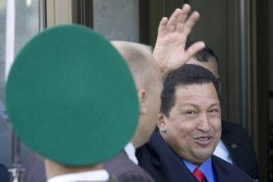 Hugo Chavez à son arrivée à Minsk, où... (Photo Reuters)