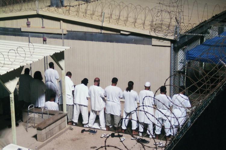 Des détenus de Guantanamo participent à la prière... (Photo: Reuters)