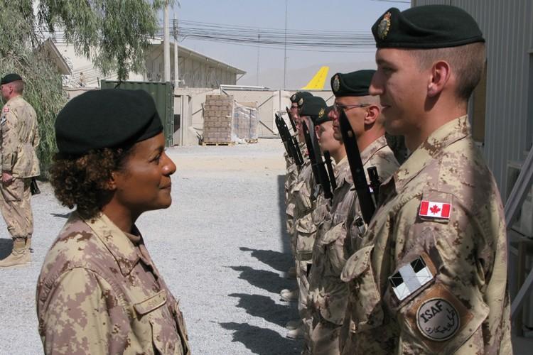 Michaëlle Jean inspecte des troupes canadiennes à Kandahar.... (Photo: PC)