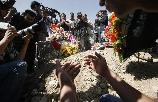 Des proches du journaliste afghan Sultan Munadi se... (Photo AP)