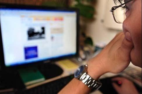 Les Québécois utilisent de plus en plus Internet à des fins... (photo AFP)