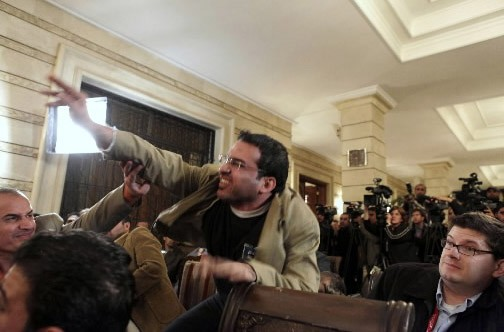 Mountazer al-Zaïdi, en pleine action contre Georges Bush,... (Photo AP)
