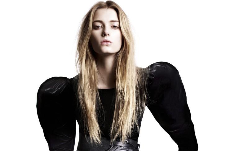 Robe en velour noir aux épaules surdimensionnées, inpirée... (Photo: AP)