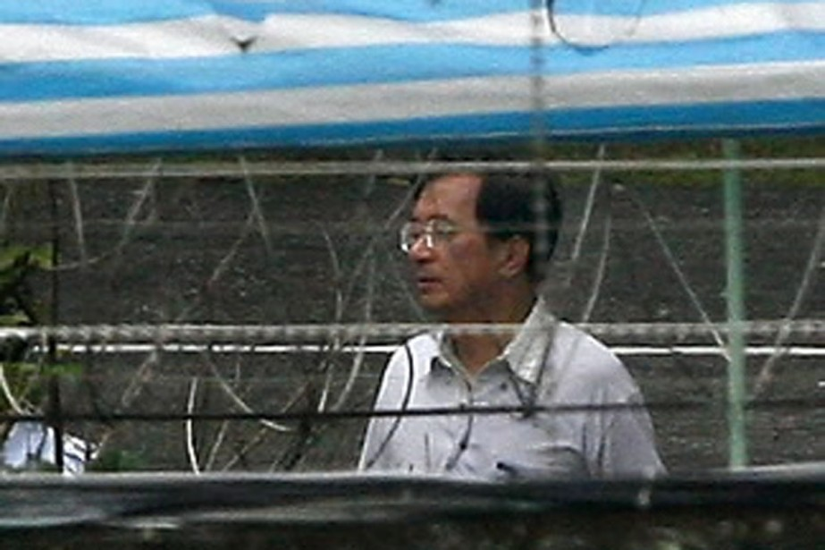 L'ex-président Chen Shui-bian a été escorté au centre... (Photo AFP)