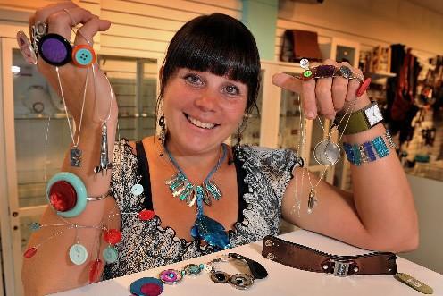 L'artiste designer Diane Bergeron, qui dirige la boutique... (Photo: Patrice Laroche, La Soleil)