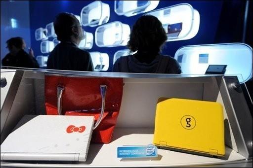 Des prototypes de Netbook présentés lors d'un salon... (Photo AFP)