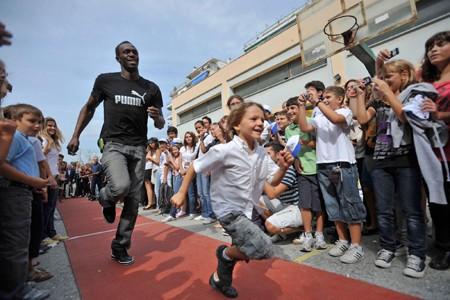 Usain Bolt s'est amusé à faire une course... (Photo: AP)