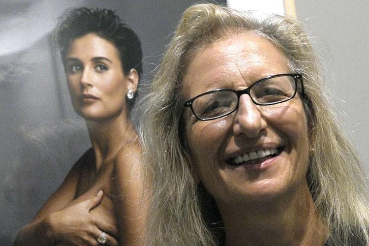 Annie Leibovitz pose devant une de ses photographies,... (Photo: AFP)