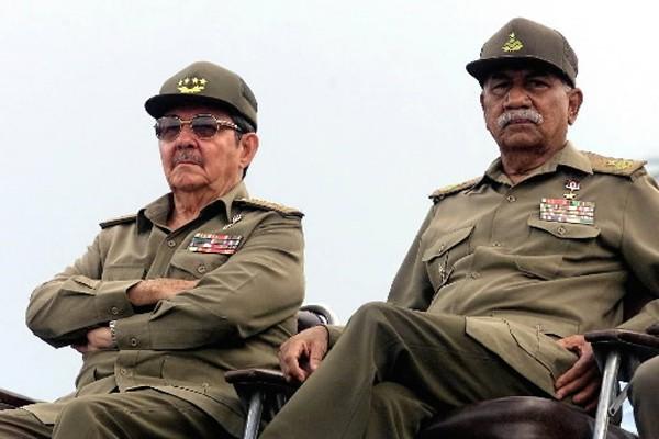 Raul Castro (à gauche) et Juan Almeida... (Photo: AFP)