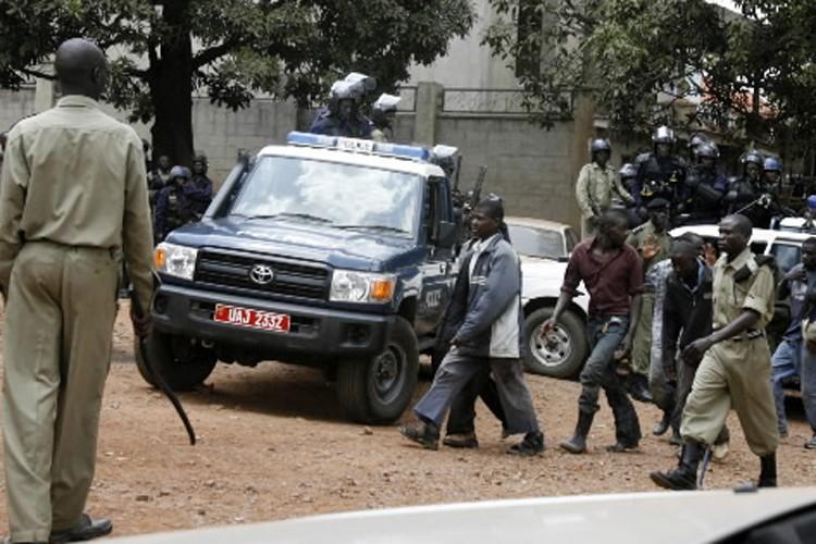 Des soldats patrouillent la ville de Kampala où... (Photo: Reuters)