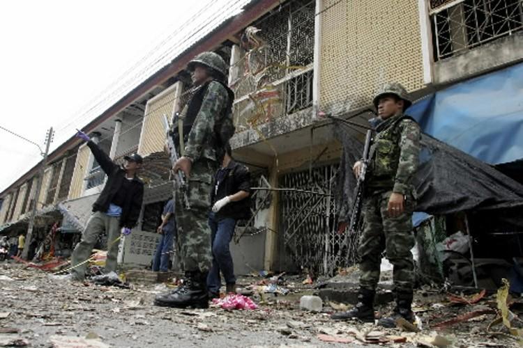 Des soldats thaïlandais inspectent les lieux où l'attentat... (Photo: Reuters)