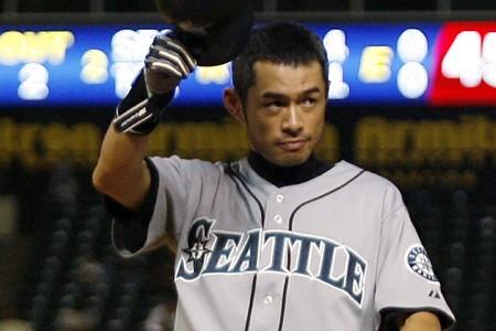 Ichiro Suzuki salue la foule après avoir réussi... (Photo: Reuters)
