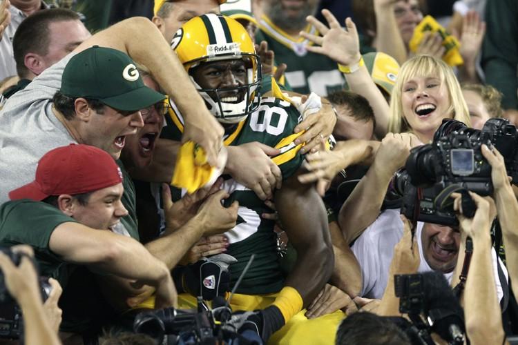 Greg Jennings a sauté dans la foule du... (Photo: Reuters)