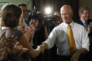 Jack Layton serre la main de partisans lors... (Photo: Reuters)