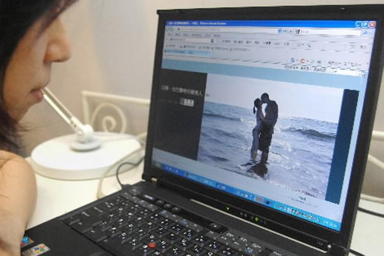 Une femme navigue sur le blogue de la... (Photo: AFP)