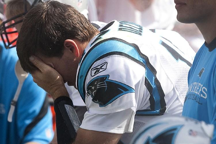Jake Delhomme a préféré se cacher le visage... (Photo: Reuters)