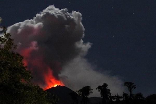 Le volcan Reventador en Equateur, en éruption en... (Photo: AFP)