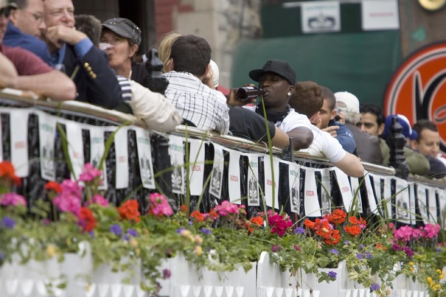 Des gens prennent un verre sur une terrasse... (Photo: David Boily, Archives La Presse)