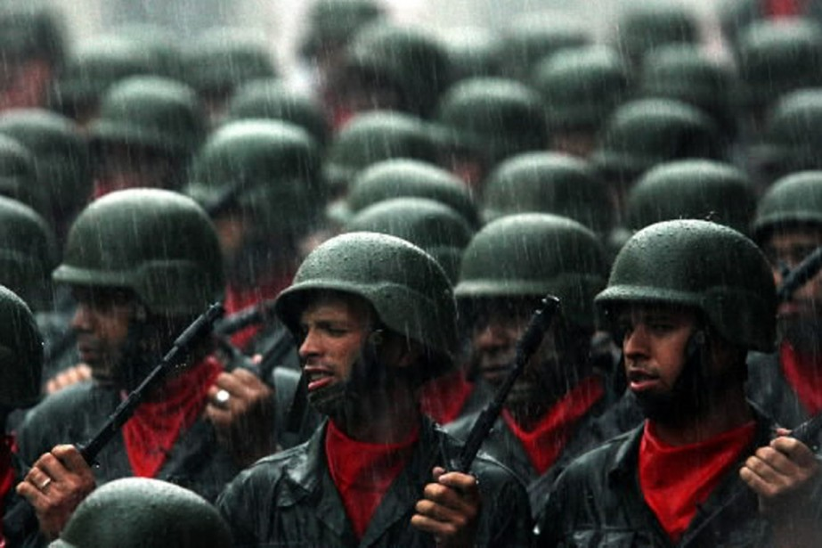 Des soldats vénézuéliens paradent dans les rues de... (Photo archives Reuters)
