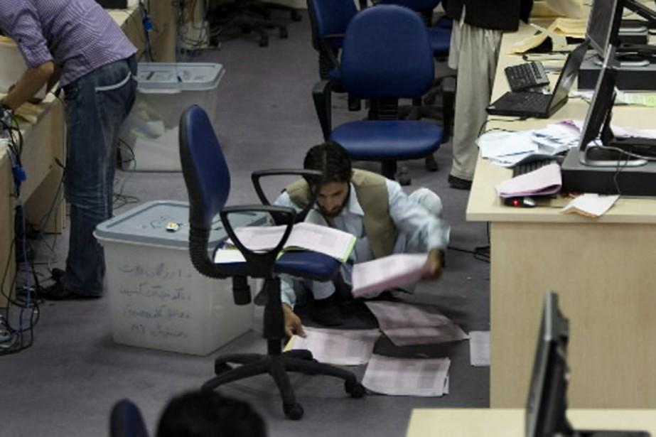 Un employé de la Commission électorale vérifie les... (Photo AP)