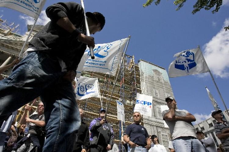 Les cols bleus ont manifesté devant l'hôtel de... (Photo: David Boily, La Presse)
