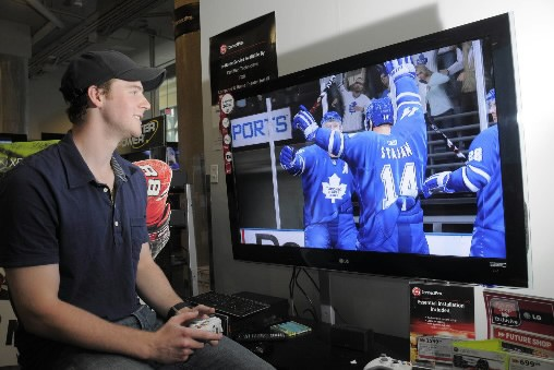 Matt Stajan, des Maple Leafs, fait l'essai du... (Photo Presse Canadienne/EA)
