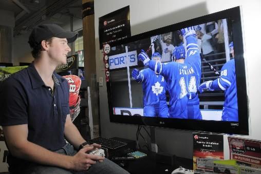 Matt Stajan, des Maple Leafs, fait l'essai du... (Photo Presse Canadienne/EA)