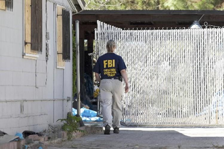 Une agente du FBI participe aux fouilles dans... (Photo: Reuters)