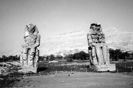 Deux statues à l'entrée de la Vallée des... (Photo: archives La Presse)