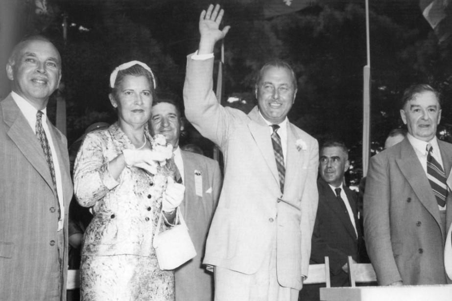 Août 1955. Paul Sauvé salue la foule de... (Photo: archives La Presse)