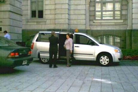 La députée Fatima Houda-Pépin arrivant au Parlement à... (Photo fournie par la station de radio 93.3)