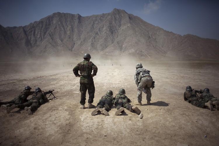 Des officiers américains supervisent l'entraînement de soldats Afghans... (Photo: AP)