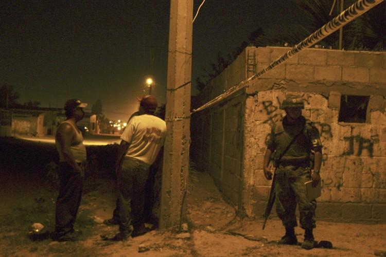 Un soldat surveille la scène de crime tandis... (Photo: Reuters)