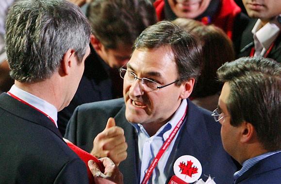 Martin Cauchon s'adresse à Michael Ignatieff sous l'oeil... (Photo: Robert Skinner, Archives La Presse)