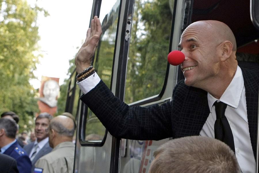 Guy Laliberté salue les gens avant son départ... (Photo: AP)